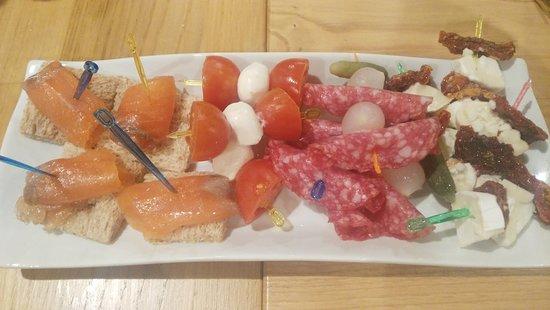 Casa Moma 1948: Estos son los aperitivos coctel de marisco y surtido de brochetas que nos sirvieron en la cena de fin de año que costaba 85€, lamentable!!