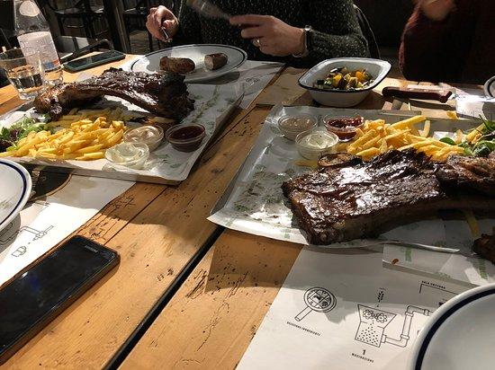 Doppio Malto (Verona): misto carni alla brace: salsiccia, pollo, patate e mitico barbecue di brontosauro