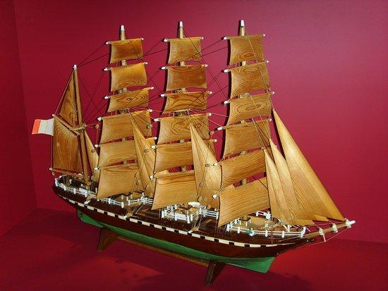 Ile-d'Arz, France: maquette de bateau aux voiles en bois