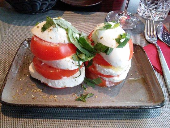 Sale e Pepe: Eine große Portion Büffelmozzarella mit Tomaten.