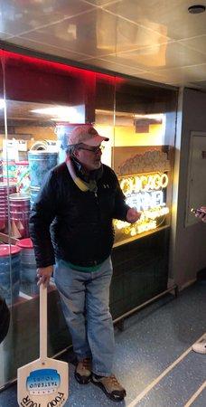 Excursion culinaire Célèbres saveurs de Chicago : Lynn telling about the famous Chicago popcorn.