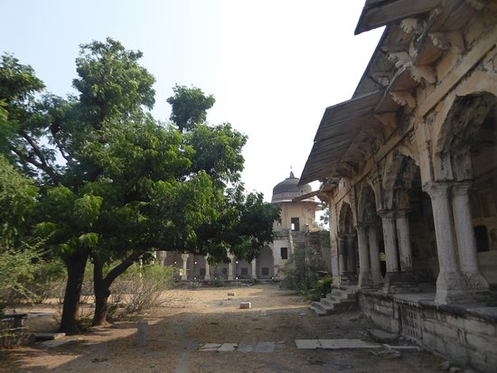 Raja Rai Singh Mahal: the courtyard in front of the palace