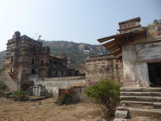 Tonk, อินเดีย: a palace in ruins