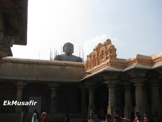 Sravanabelagola, الهند: The temple premises, with the statue of Bahubali.