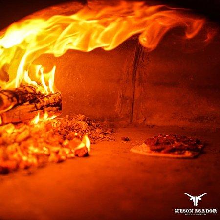 Pour votre pause déjeuner craquez pour nos pizzas cuites au feu de bois & tout juste sorties du four ! Service Rapide & Ouvert Non Stop de Midi à Minuit