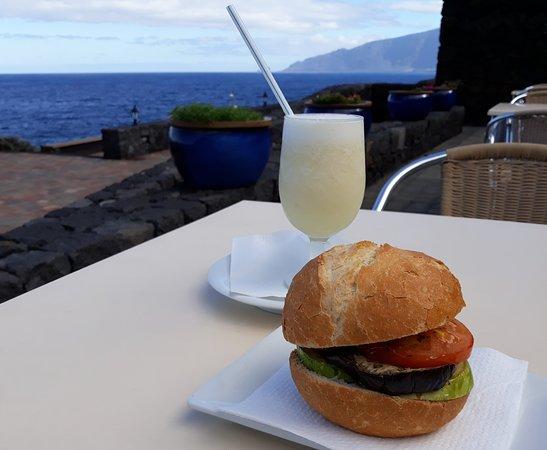 Sabinosa, Spain: Al fresco breakfast at Balneario Pozo de la Salud.