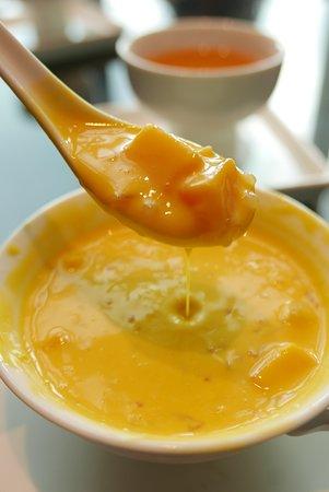 滑稠濃香,混入芒果、柚子的楊枝甘露。