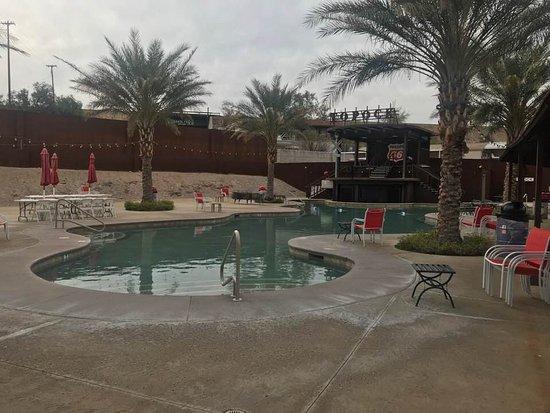 Topock, AZ: Pool right outside restaurant
