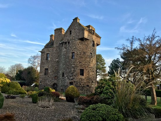 Claypotts Castle