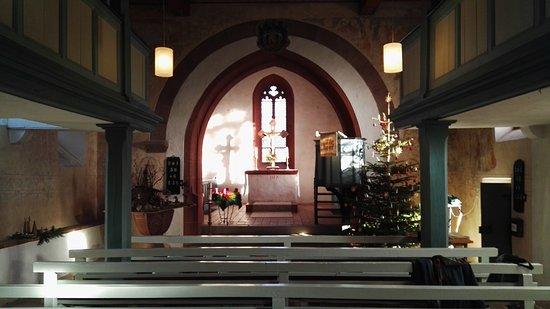 Schlitz, เยอรมนี: Blick durch den Kirchenraum zum Altar.