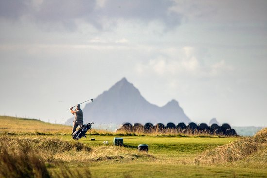 Ballyferriter, Ireland: Teeing off at Dingle Golf Links Ceann Sibeal amongst some of the most stunning coastlines in the world.