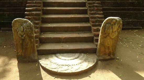 Ramba Viharaya: Well preserved guard stones and the moonstone