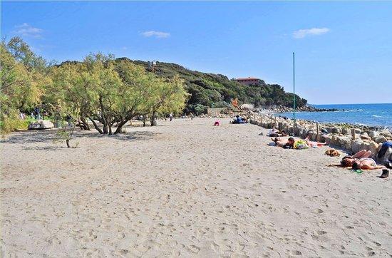 Quercianella, Itália: חוף חופשי