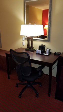 Morton, IL: Work Desk in King Business Suites