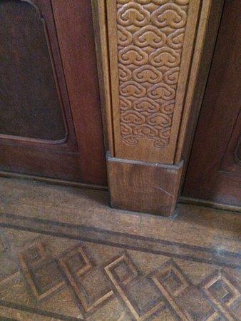 柱の彫刻と床の寄せ木も手が込んでいる。