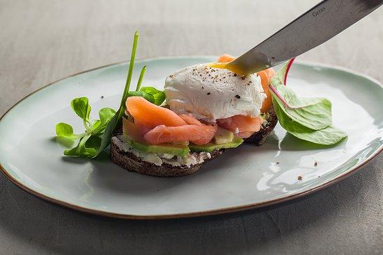 Сэндвич с лососем и яйцом пашот