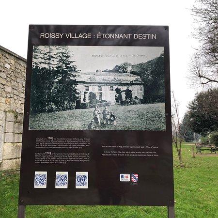 Affichage informatif dans le Parc de la Mairie sur le Château de Roissy-en-France
