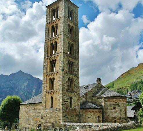 Taull, إسبانيا: Sant Climent de Taüll, la gran joya del románico lombardo, Patrimonio de la Humanidad en el Valle de Boí en los Pirineos de Cataluña. Más info sobre la iglesia y cómo visitarla  https://goo.gl/b95b6h