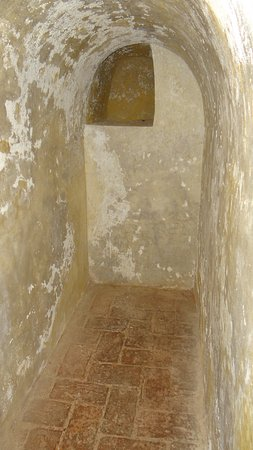 ‪‪Castillo de San Felipe de Barajas‬: Appears to be sleeping Quarters for one of the soldiers with a shelf cut out at the rear of the room, these were plentiful throughout the darkened tunnels. It was quite cool in these areas deep in the castle. The stone kept the heat out and breezes blew throughout the tunnels.‬