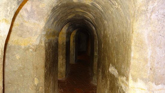 ‪‪Castillo de San Felipe de Barajas‬: One on the darkened tunnels with soldiers rooms to the left and right as you walked down through them.‬