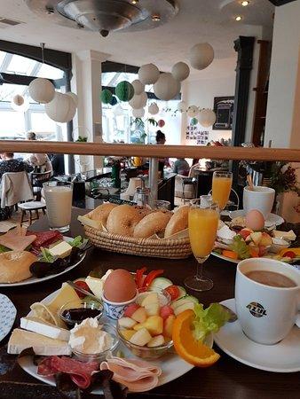 Frühstück Bei Fräulein Wunder Mit Selbstgebackenen Brötchen Bild
