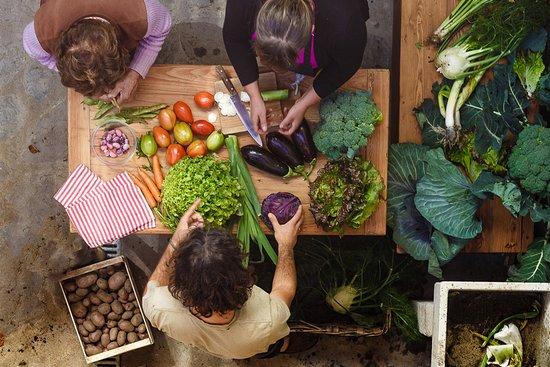 Agriturismo Al Chersogno: La preparazione delle verdure raccolte nell'orto