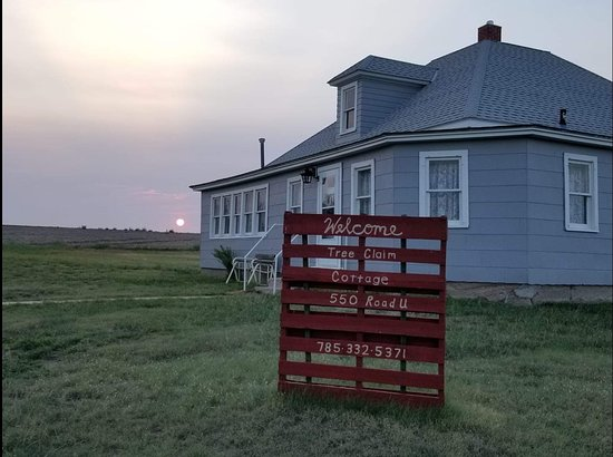 Saint Francis, KS: Country living in this spacious and comfortable century old farmhouse.