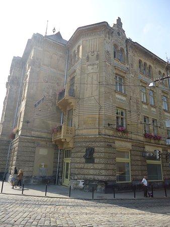Old Town: Dużo ciekawiej wygląda ten budynek z narożnika. Dzisiaj mieści się w nim szpital miejski . Kiepskie zdjęcie - robione pod słońce .