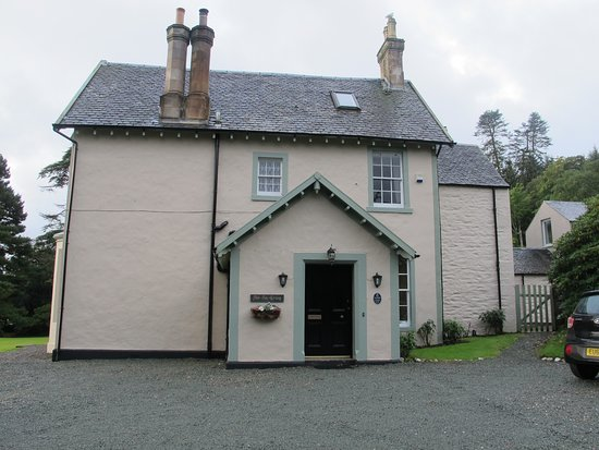 Ardrishaig, UK: View of the house from the parking area. This is the entry area.