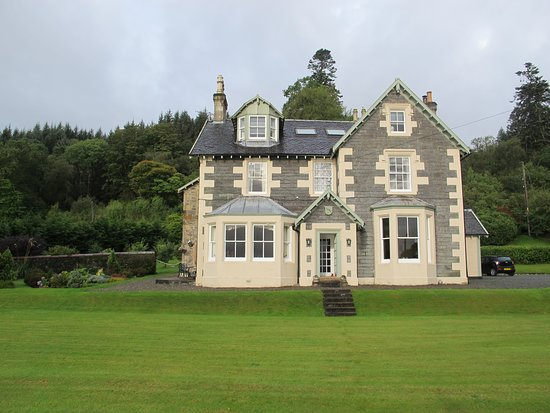 Ardrishaig, UK: This is a beautiful B&B, especially looking fresh after a rain storm. The Stewart room was the upper right window.
