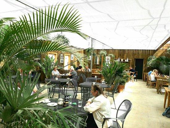 Bampton, UK: Pleasant cafe ambience