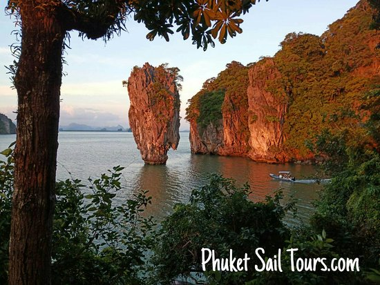 Thalang District, Tailandia: James Bond Island at sunset, on our big boat James Bond Golden Sunset Tour. No other tourists in sight.