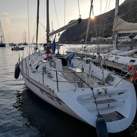Aeolian Islands, Olaszország: La nostra barca ormeggiata alle isole Eolie in crociera al tramonto