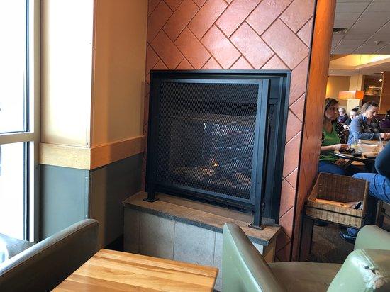 Cicero, NY: Panera Bread - nice fireplace