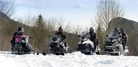 Saint-Raymond, Kanada: Groupe de motoneigiste guidée dans la belle région de Portneuf.
