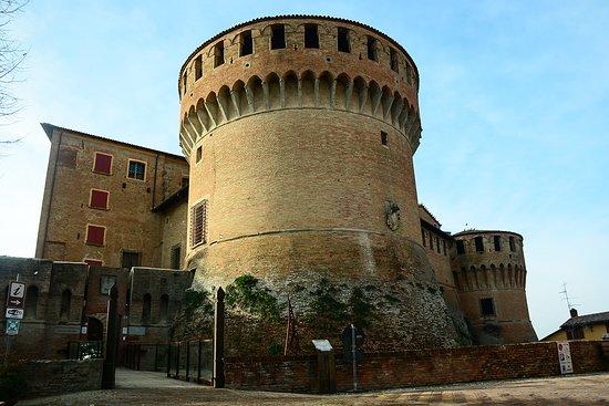 Il nostro ristorante si trova accanto all'antica Rocca Sforzesca, gioiello di Dozza