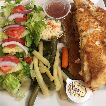 Coldbrook, Kanada: 3 piece pan-fried haddock dinner with garden salad