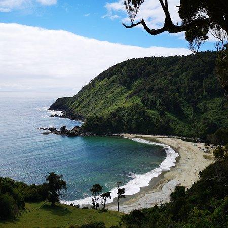 Pucatrihue, Chile: Caleta el Manzano, balneario vírgen de arenas blancas, ubicado en el corazón de la cordillera Choroy Traiguén. Desde Osorno son aproximadamente 68 km, por la ruta U-40 al mar.