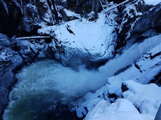Pemberton, Canadá: water from waterfall is ending up in the creek
