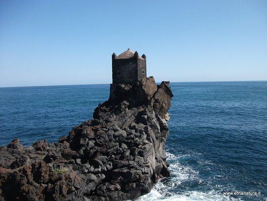 La torre  di  avvistamento dedicata a Santa Tecla,  pietra  lavica  su un picco  di  scoglio  residuo  di  un'antica  eruzione  dell'Etna , denomina la rinomata  località  presso acireale