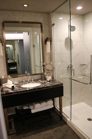 LondonHouse Chicago, Curio Collection by Hilton: Ruime badkamer met grote douche, grote wastafel en toilet.