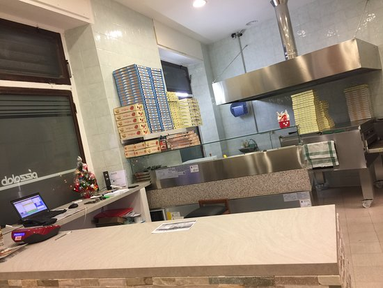 Interno negozio Pizzalab Torino. 12 posti a sedere. Pizzeria e Farinateria Artigianale Italiana.