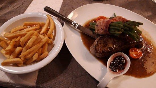 Bad Berneck im Fichtelgebirge, Tyskland: Steak mit Speckbohnen