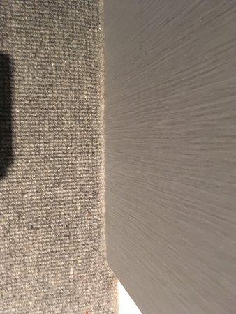 Mantra 2 Bond Street Sydney: dust on carpets at edges