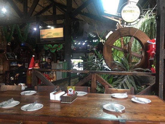 Olaria Bar: Mesas rústicas confortáveis.