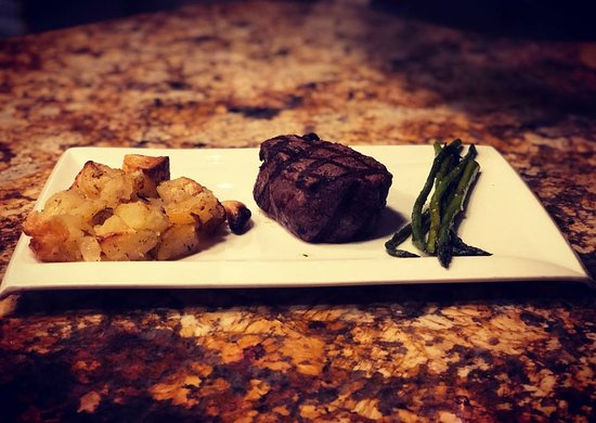 Shelby, MI: Filet with delicious potatoes and asparagus