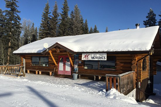 100 Mile House, Канада: Our lodge is open from 9am - 3pm daily. You can also night ski using the timed lighitng system.
