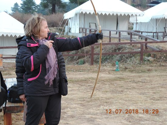 ‪‪Wangdue Phodrang District‬, بوتان: We are practicing archery(Bhutan's national sport) prior to camp competition in front of our tents‬