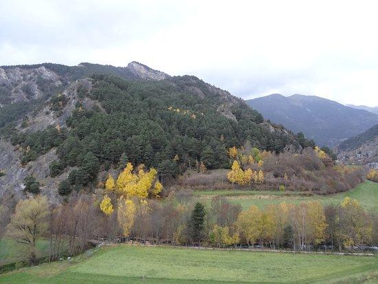 Parrocchia di Ordino, Andorra: Ordino es una parroquia situada en el extremo noroeste del Principado de Andorra. Su población el año 2015 era de 4687 habitantes.2 Está situado a una altitud de 1298 m, con una superficie de 90 km² y una densidad de población de 52,7 hab/km².1 Los pueblos más importantes son: Ansalonga, Arans, El Serrat, La Cortinada, Llorts, Ordino, Segudet y Sornàs, los cuales constituyen la zona menos poblada del país.
