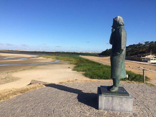 West-Terschelling, Belanda: Het zeeliedenmonument; ter herinnering aan alle op zee omgekomen eilanders, rechts strandpaviljoen De Walvis